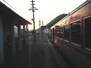 夕暮れの播磨新宮駅